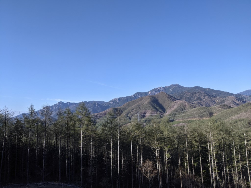 金峰山から瑞垣山までの稜線が綺麗に見渡せます